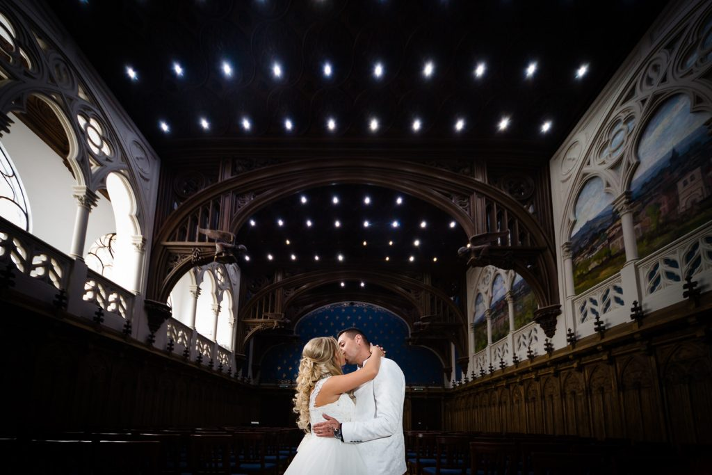 Miri sărutându-se la ședința foto de la Palatul Culturii din Iași